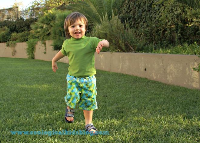 O formato fralda em calções é mais comum para praia ou piscina ao ar livre pois protege mais dos raios UVB e UVA