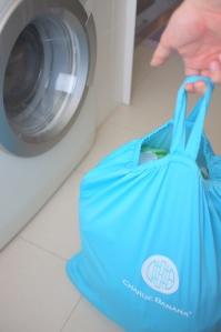 Saco de balde cheio de fraldas, absorventes e toalhitas