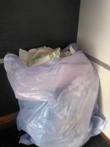 Um dos nossos sacos de lixo diários antes das fraldas reutilizáveis