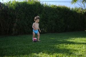 Não se nota a felicidade dele? Tem uma paixão por bolas que é impressionante :P